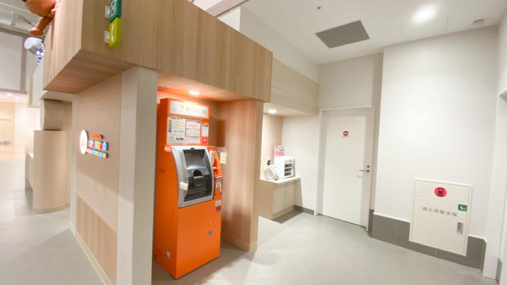 アンパンマンミュージアム横浜1階のATMと携帯充電器